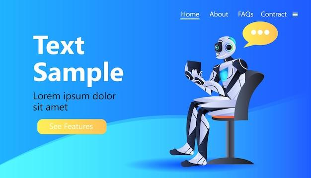 Robot chatbot assistent met behulp van tablet pc modern robot karakter met chat bubble kunstmatige intelligentie technologie concept