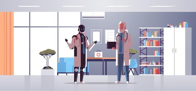 Robot en menselijke artsen bespreken tijdens ontmoeting robot karakter vs man staan samen gezondheidszorg kunstmatige intelligentie technologie concept ziekenhuis kantoor interieur volledige lengte horizontaal