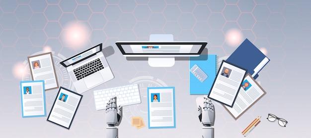 Robot handen kiezen cv cv profiel mensen uit het bedrijfsleven om hr bot werkplek curriculum vitae in te huren