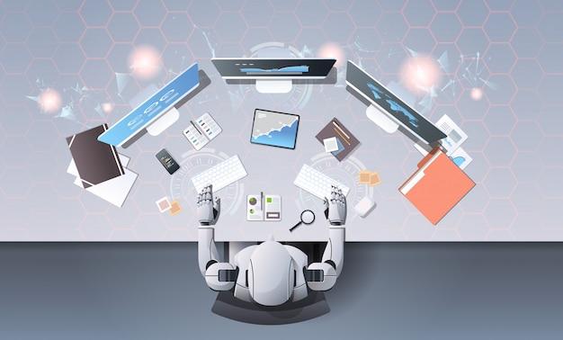 Robot typen op toetsenbord op werkplek bureau
