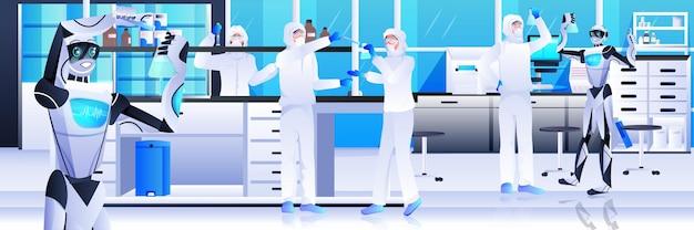Robots met wetenschappers in beschermend pak die experimenten maken in het concept van kunstmatige intelligentie van laboratoriumgenetische manipulatie