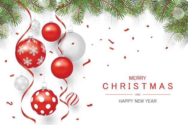 Rode en zilveren sieraad kerstbal en rode confetti met boom op de top, vakantie kerstmis en gelukkig nieuwjaar achtergrond,