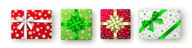 Rode, gouden, groene geschenkdoos met lint en boog, bovenaanzicht. kerstmis, nieuwjaarsfeest, gelukkige verjaardag of paaspakketontwerp. heden geïsoleerd op een witte achtergrond. vector.