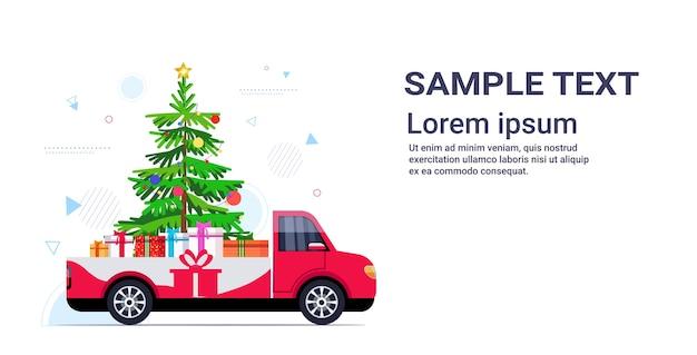Rode pick-up auto met dennenboom en cadeau huidige dozen vrolijk kerstfeest gelukkig nieuwjaar wintervakantie
