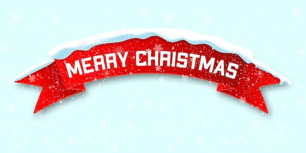 Rode realistische gebogen lint merry christmas banner geïsoleerd op sneeuw
