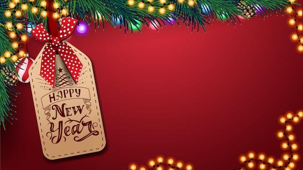 Rode sjabloon voor wenskaart met kopie ruimte achtergrond, mooie letters op het prijskaartje, kerstdecoratie en garland