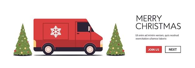Rode vrachtwagen vrachtwagen levert geschenken vrolijk kerstfeest gelukkig nieuwjaar vakantie viering express levering concept kopie ruimte horizontale vector illustratie