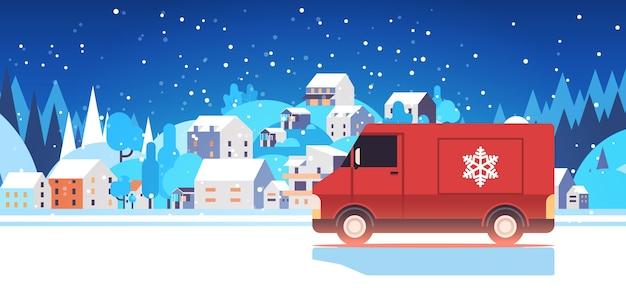 Rode vrachtwagen vrachtwagen levert geschenken vrolijk kerstfeest gelukkig nieuwjaar vakantie viering express levering concept winterlandschap achtergrond horizontale vectorillustratie