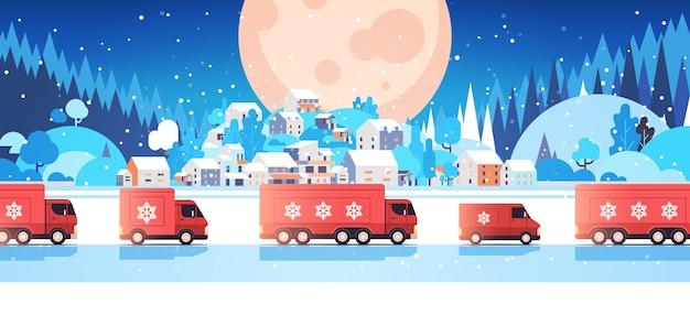 Rode vrachtwagens die geschenken leveren prettige kerstdagen gelukkig nieuwjaar vakantie viering express levering concept winterlandschap achtergrond horizontale vector illustratie
