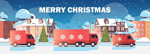 Rode vrachtwagenvrachtwagens die geschenken leveren vrolijk kerstfeest gelukkig nieuwjaar wintervakantie viering express levering dienstverleningsconcept stadsgezicht achtergrond horizontale vectorillustratie