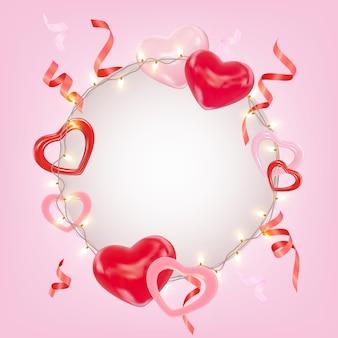 Romantische compositie met roze en rode harten glanzende slingers klatergoud