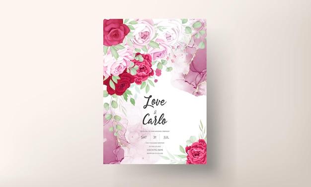 Romantische rode en roze bloemen bruiloft uitnodiging sjabloon met alcohol inkt achtergrond