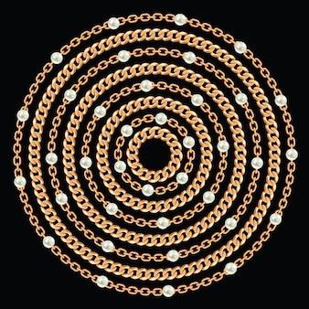 Rond patroon gemaakt met gouden kettingen en parels.