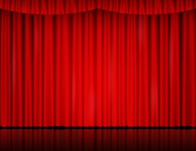Rood fluwelen gordijn in theater of bioscoop. vectorachtergrond met gesloten toneelgordijnen met draperie en bezinning op glanzende vloer. rode stoffen gordijnen verlicht door zoeklicht