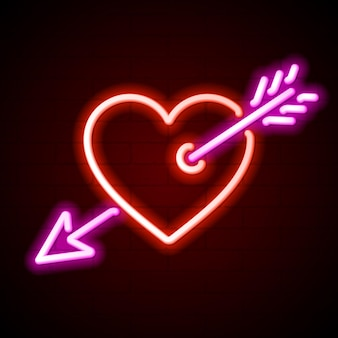 Rood hart doorboord door het neonreclame van de pijl van cupido