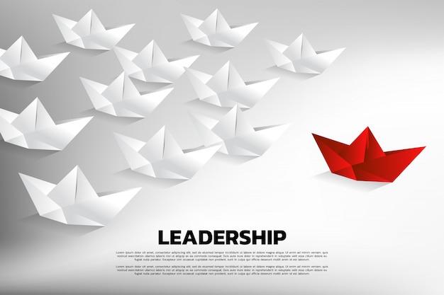 Rood origamidocument schip dat de groep wit leidt.