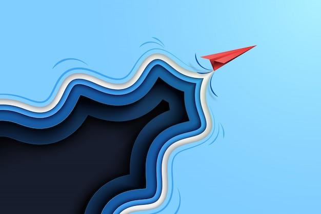 Rood papieren vliegtuigje vliegen van blauwe abstracte papier gesneden achtergrond.