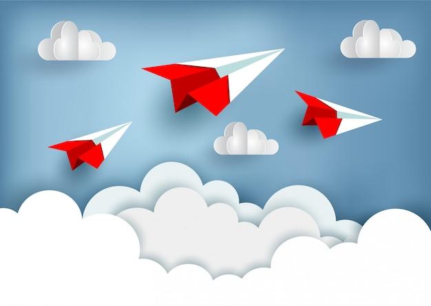 Rood papiervliegtuig omhoog aan de hemel terwijl het vliegen boven een wolk