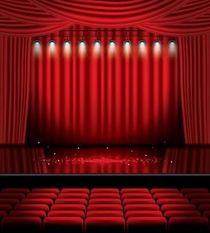 Rood podiumgordijn met schijnwerpers, stoelen en kopieerruimte. theater-, opera- of bioscoopscène. licht op een vloer.