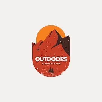 Rotsachtige berg zonsondergang logo