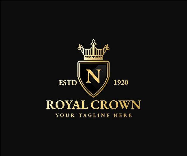 Royal gouden schild kroon koning koningin logo sjabloon majestueuze kroon en luxe tiara silhouet