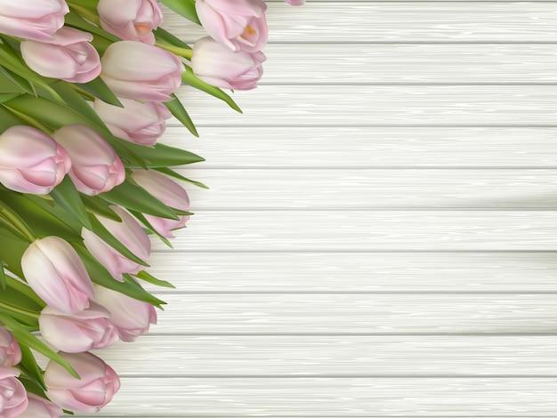 Roze bloementulpen op licht houten.