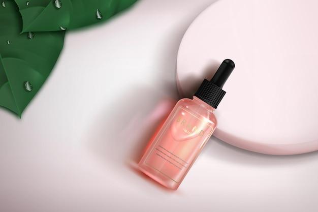 Roze glazen cosmeticafles met pipet op lichte achtergrond met roze podium en groene bladeren