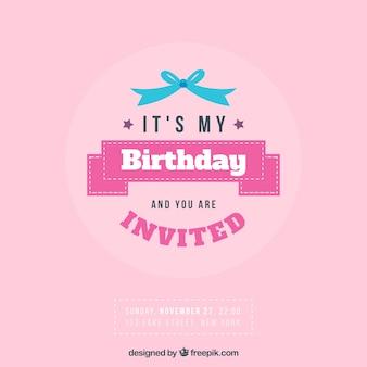 Roze verjaardag uitnodiging met een blauw lint