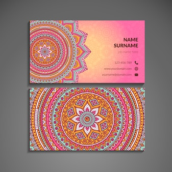 Roze visitekaartje met mandala in boho stijl