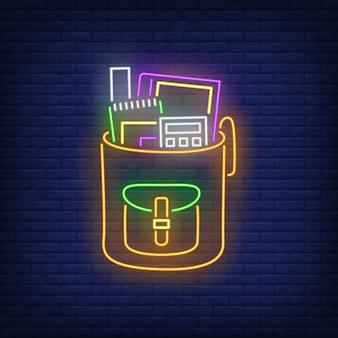Rugzak met neon teken van rekenmachine.