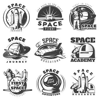 Ruimte zwart witte emblemen van reizen en academies met astronaut shuttle wetenschappelijke apparatuur geïsoleerd