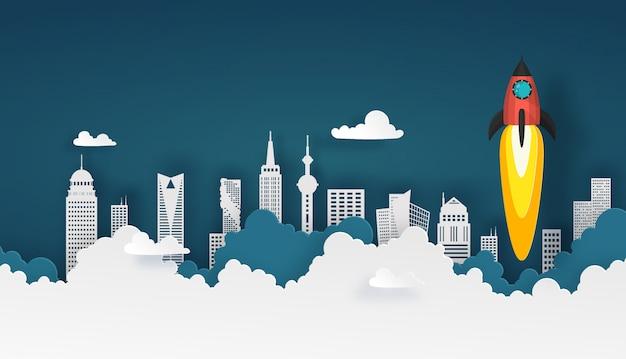 Ruimteschip of raketlancering in de hemel over wolken en de bouw van stad bij achtergrond.