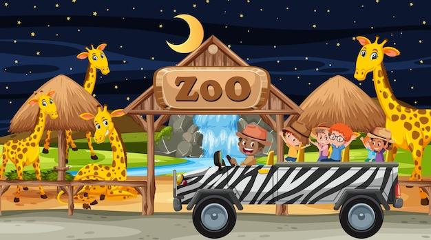 Safari bij nachtscène met kinderen die naar de giraffengroep kijken