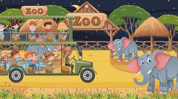 Safari bij nachtscène met kinderen die naar de olifantengroep kijken