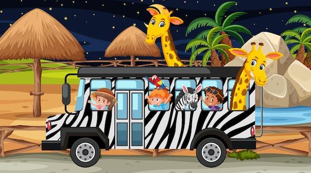 Safari bij nachtscène met kinderen en dieren in de bus