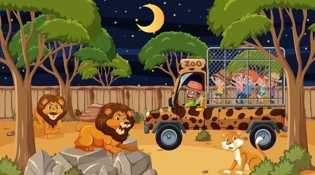 Safari bij nachtscène met veel kinderen die naar de leeuwengroep kijken