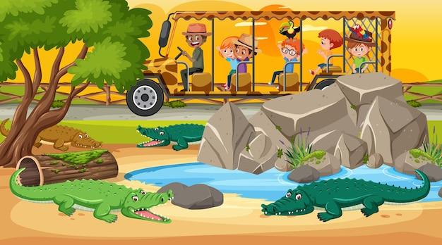 Safari bij zonsondergang met kinderen die naar de krokodillengroep kijken