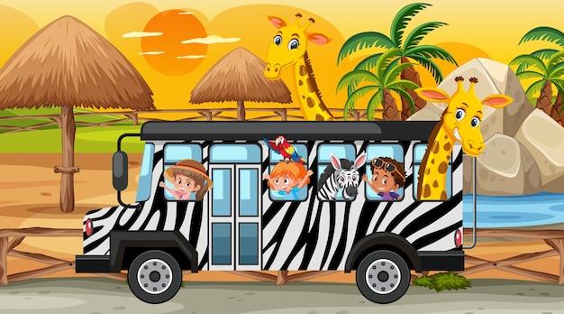 Safari bij zonsondergang met kinderen en dieren in de bus