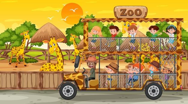 Safari bij zonsondergang met veel kinderen die naar de giraffengroep kijken