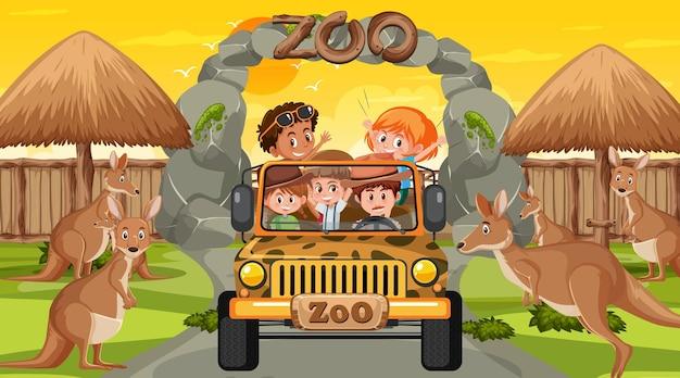 Safari bij zonsondergang met veel kinderen die naar de kangoeroegroep kijken