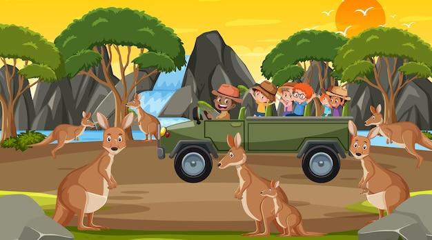 Safari bij zonsondergangtijdscène met kinderen die naar kangoeroegroep kijken