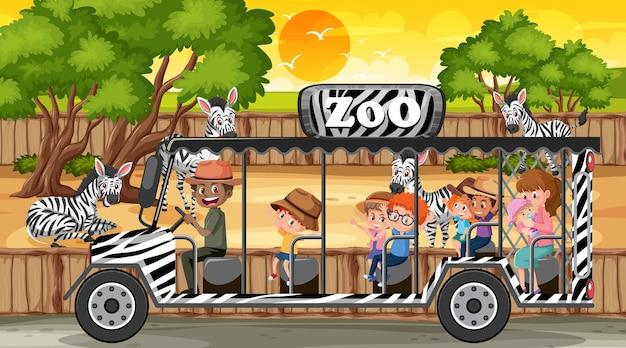 Safari bij zonsondergangtijdscène met veel kinderen die naar zebragroep kijken