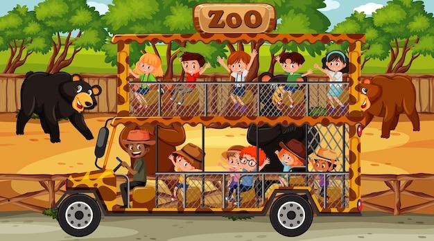 Safariscène met veel beren en kinderen op toeristenauto