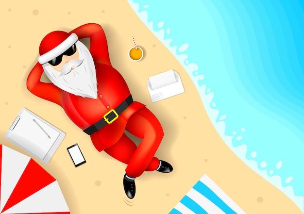 Santa claus die op het strand rust