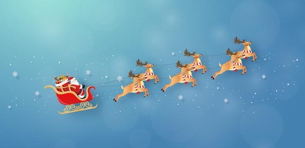 Santa claus en rendieren vliegen in de lucht met besneeuwde