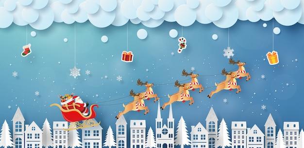 Santa claus en rendieren vliegen in de lucht met hangende geschenken