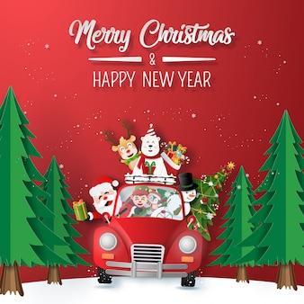 Santa claus en vriend in rode auto rijden door het bos