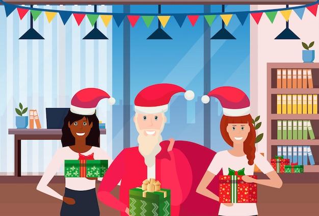 Santa claus geeft cadeautjes op kantoor