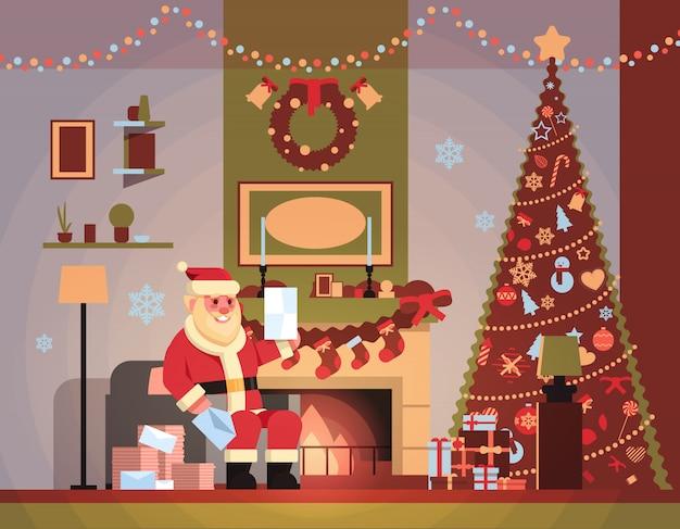 Santa claus in woonkamer ingericht voor kerstmis nieuwjaar vakantie zitten fauteuil pijnboom open haard lezen brief wenslijst thuis interieur concept plat