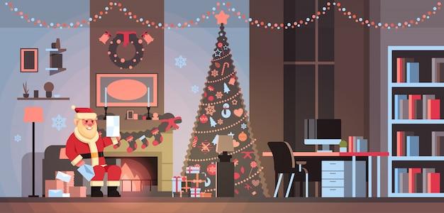 Santa claus in woonkamer ingericht voor kerstmis nieuwjaar vakantie zitten leunstoel pijnboom open haard gelezen brief wenslijst thuis interieurconcept vlakke horizontaal